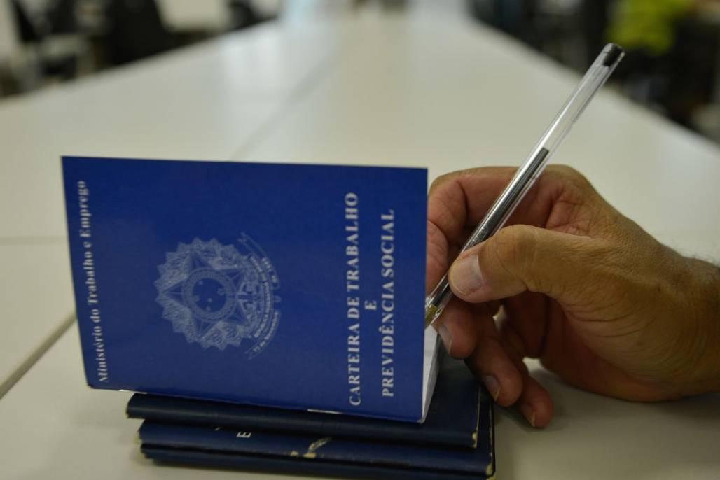 Carteira de trabalho (Marcello Casal Jr./Agência Brasil)